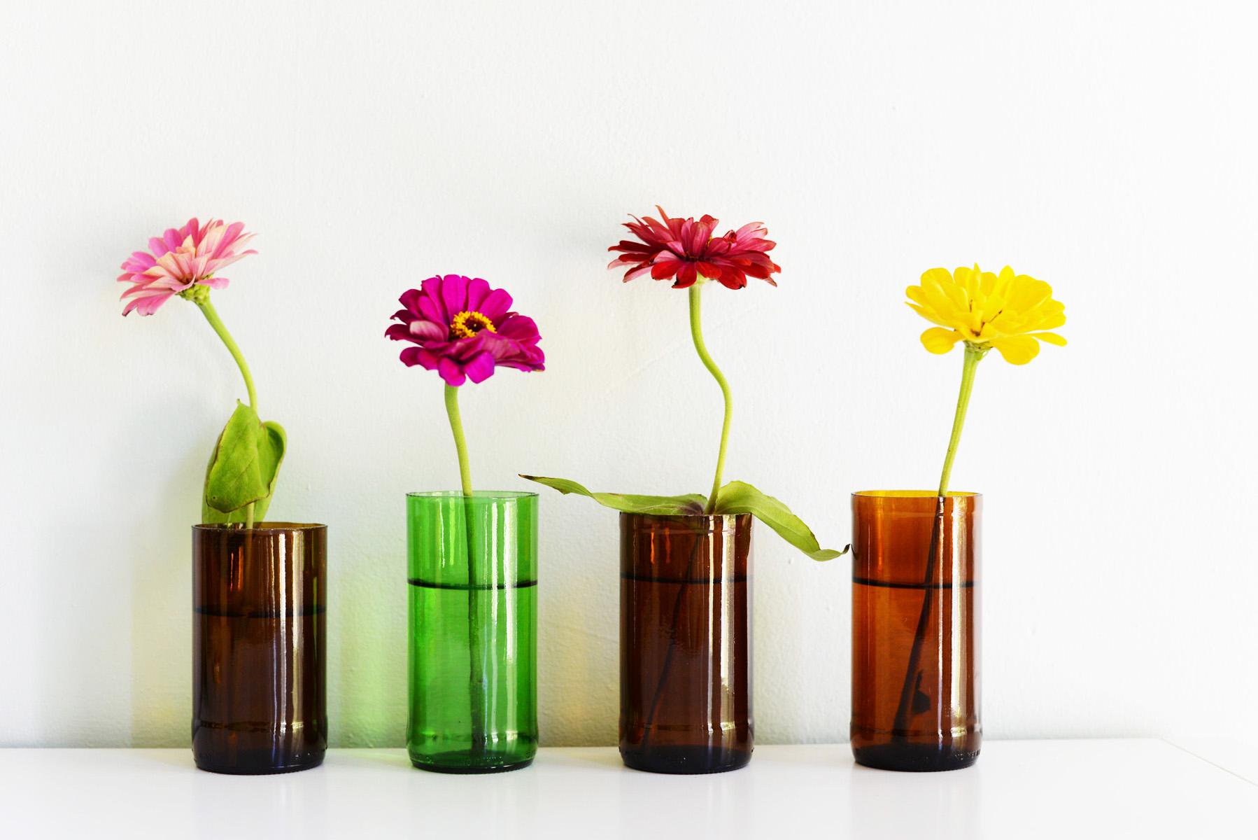 Originali vasi per i fiori realizzati con bottiglie di vetro