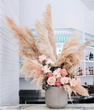 Vaso di fiori con pampa e foto