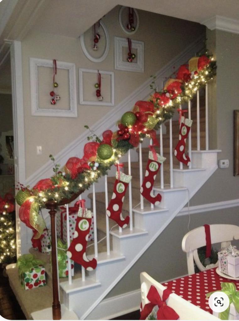 Scala da interno decorata con le calze della befana