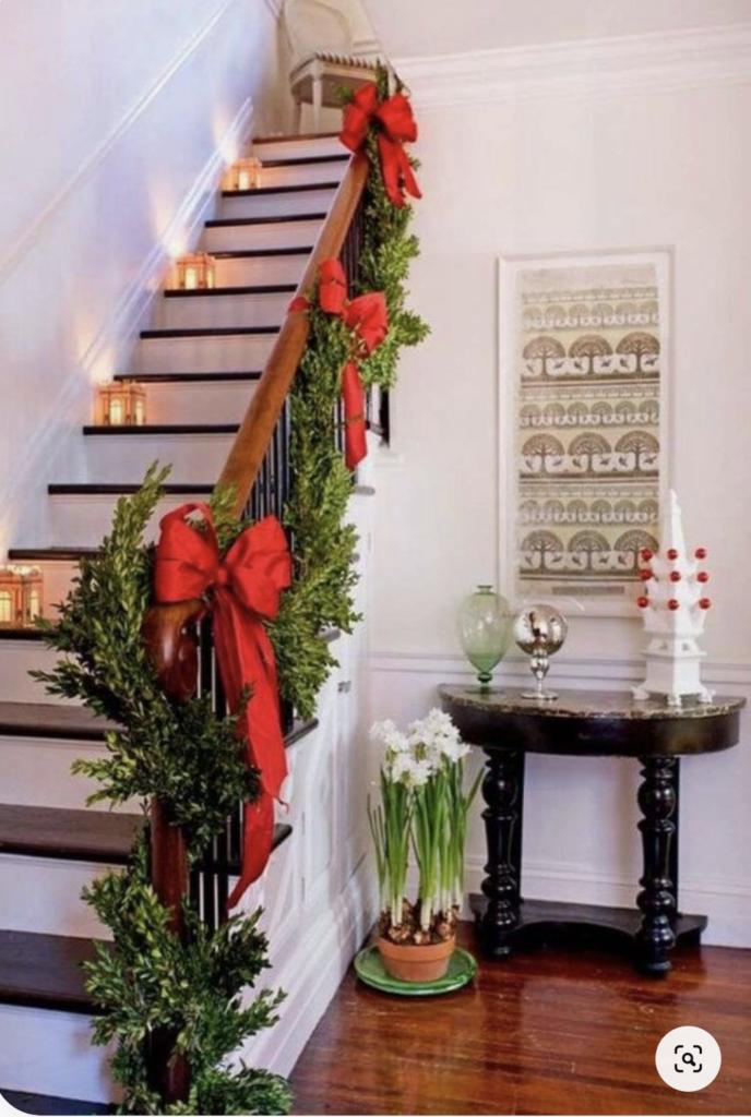 Scala decorata con ramo e grandi fiocchi rossi