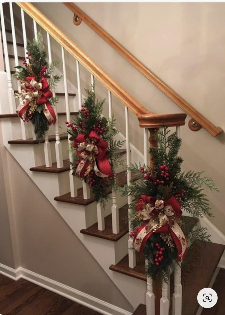 Scala decorata con rami natalizi singoli
