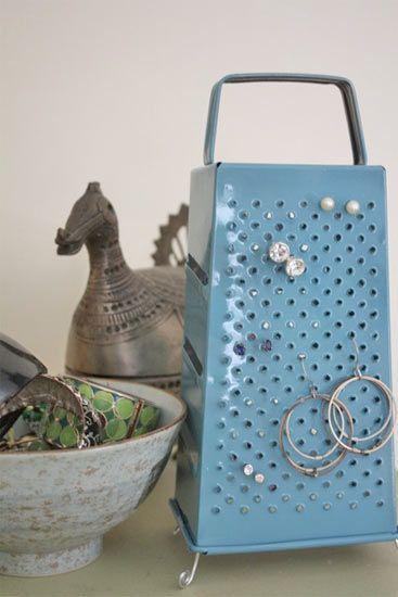 Porta orecchini fai da te da una vecchia grattugia fai - Porta gioielli fatti in casa ...